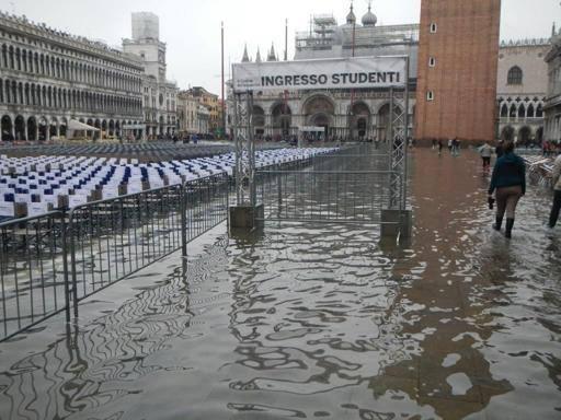Calendario Lauree Ca Foscari.Venezia Festa Di Laurea Con Acqua Alta Corriere It