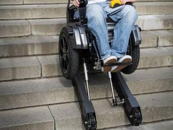 La sedia a rotelle che sale le scale grazie ai cingoli for Sedia motorizzata per scale