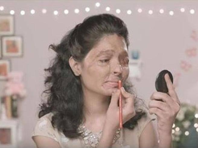 La donna sfigurata dall'acido e le lezioni di trucco che commuovono il web