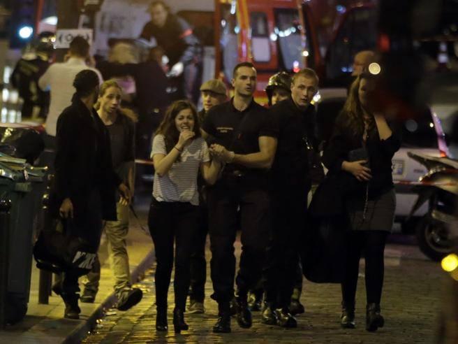 Terrore a Parigi, gli assalitori «gridavano Allah è grande» «Ci sparavano come fossimo uccelli