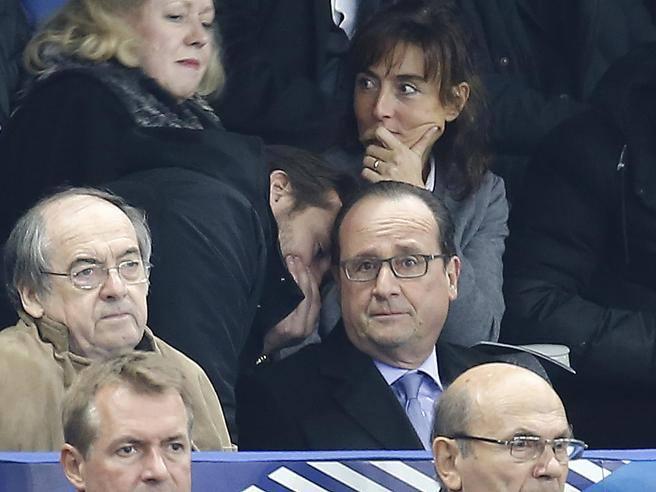 L'istante in cui il presidente francese Hollande viene informato degli attacchi