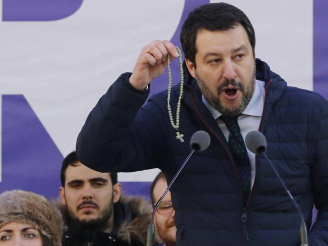 Risultati immagini per Salvini e il rosario immagini