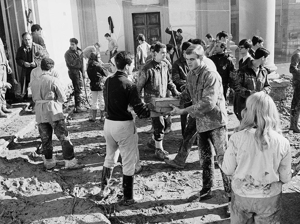 Firenze 1966 cos gli angeli del fango salvarono la citt for Disegni della stanza del fango