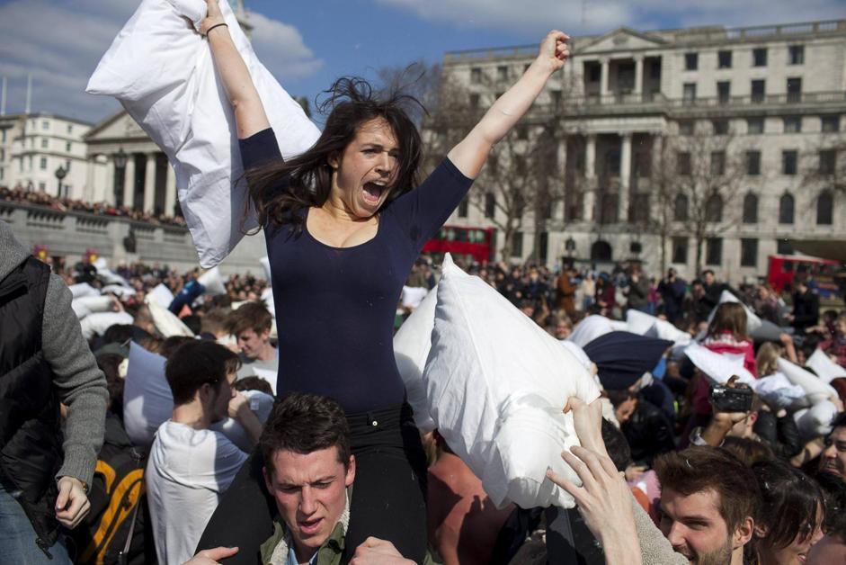 Guerra Cuscini.Londra A Trafalgar Square Scoppia La Guerra Di Cuscini