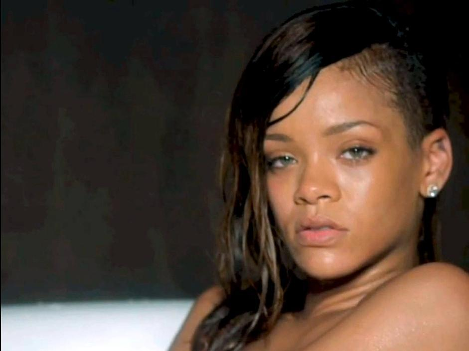 Rihanna In Vasca Da Bagno.Rihanna Riflette Nella Vasca Da Bagno