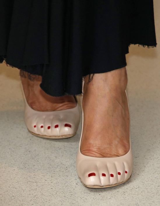 Le curiose scarpe «nude look» di Carolina