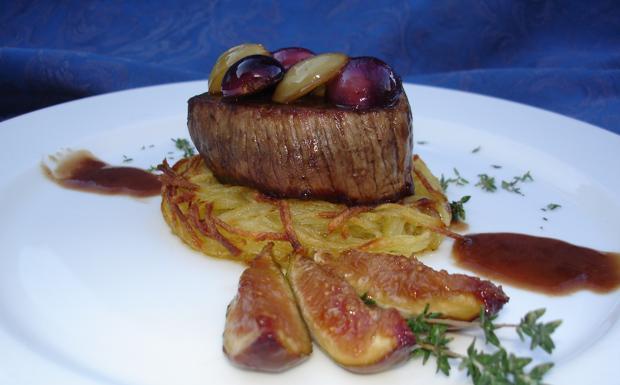 Filetto di manzo su piccoli roesti di patate, fichi glassati e salsa al vino