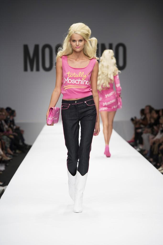 02d138358ad6d Jeremy Scott ha fatto diventare Barbie la protagonista della collezione  Moschino dell estate 2015