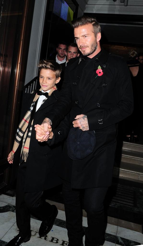 babe4454d7b2 Romeo Beckham, nuovo testimonial Burberry, insieme a papà David  la stampa  check, secondo il Wall Street Journal, la più trendy di stagione, insieme  al modo ...