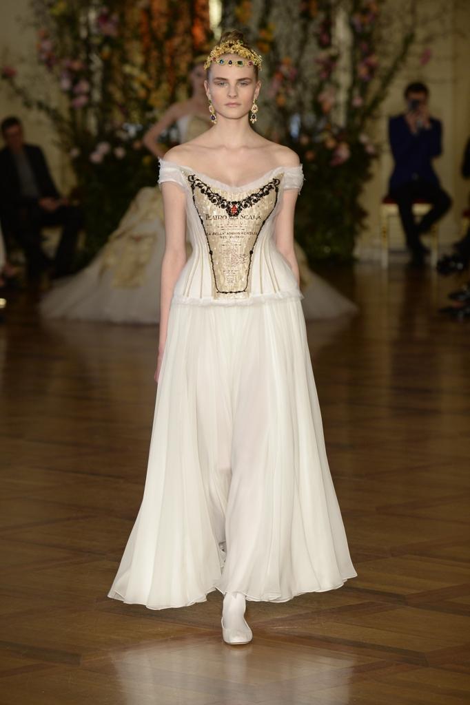 La sfilata di alta moda di Dolce e Gabbana nel Ridotto Toscanini della Scala  di Milano a35b4d2e219