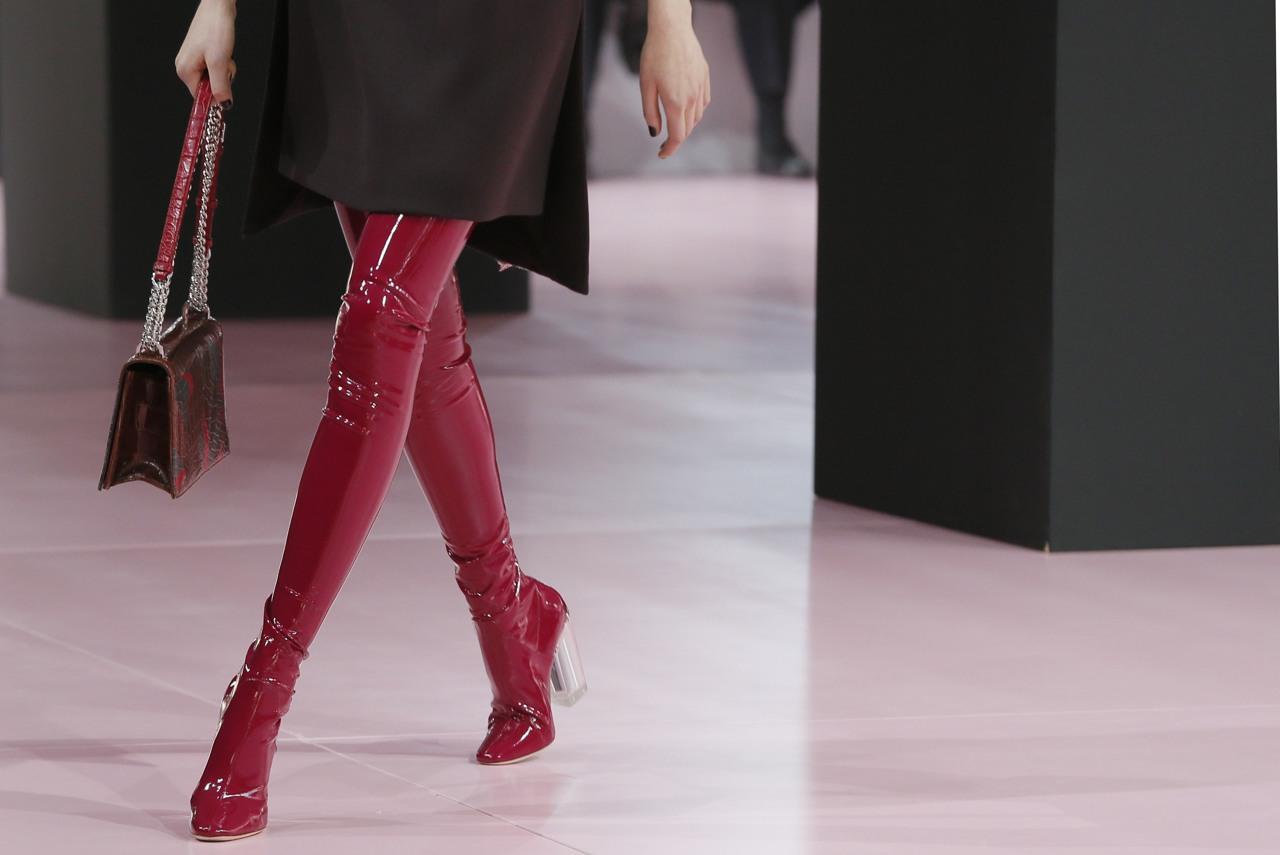 qualità superiore 756fb b964b Dior, in ufficio con gli stivali di latex - Corriere.it