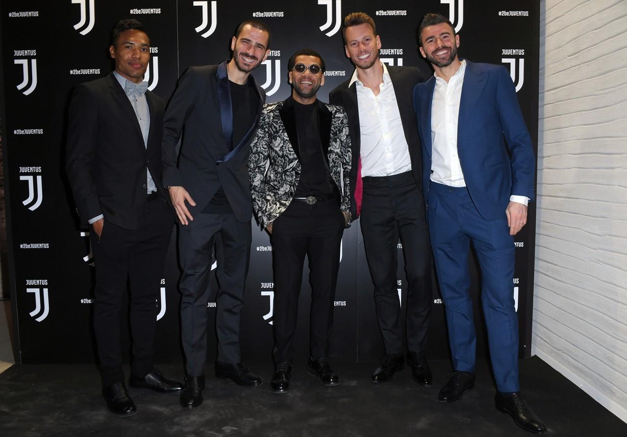Vestito Elegante Juventus.Buffon Dal Papa Con Vestito Nero E Scarpe Da Ginnastica Bianche