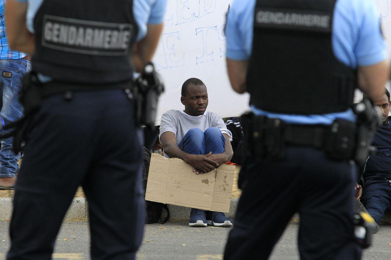 Risultati immagini per police france migrants mentone