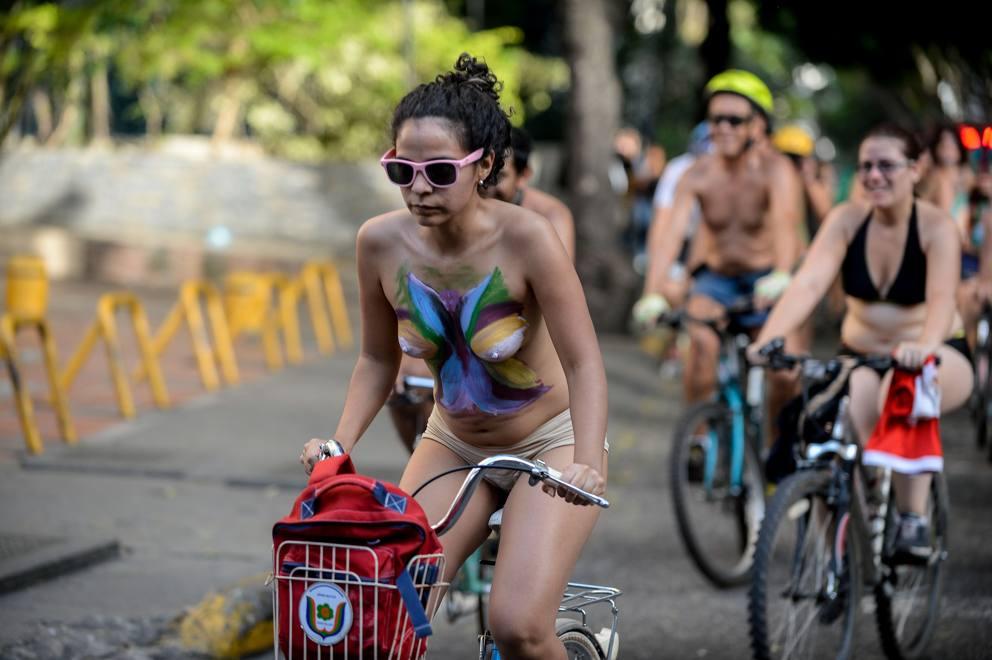 Tutti nudi in bici per protestare contro le auto - Corriere.it