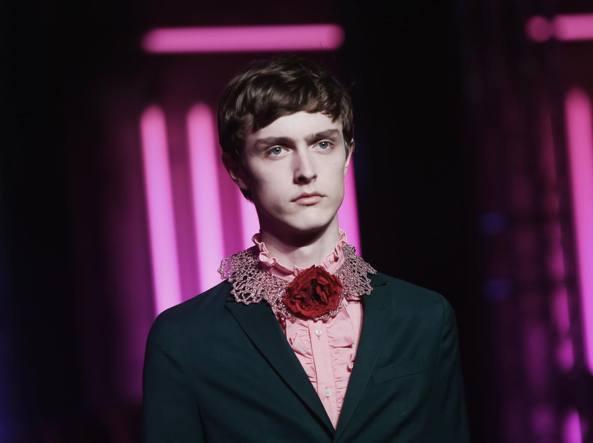 Un modello della collezione maschile di Gucci per la prossima  primavera-estate 3e781a3e1e7