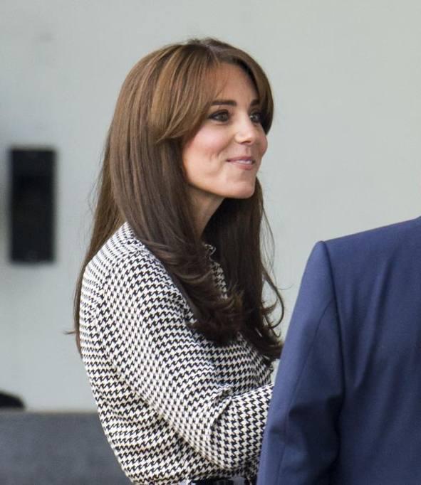 Frangia sbarazzina e spacco quasi audace  Kate torna agli impegni ufficiali  - Corriere.it 70f5261353d