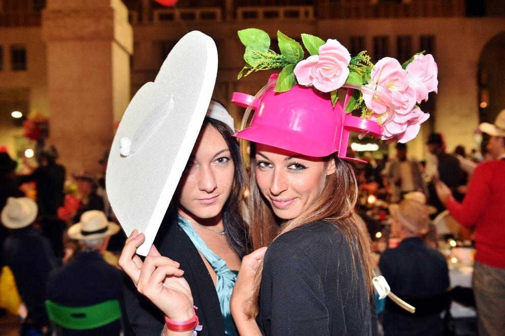Estrosi, matti e irriverenti: i cappelli al flashmob della ...