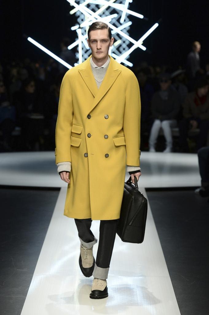 Ancora giallo  il cappotto ha le linee classiche ma usa tonalità raggianti  (Canali) 375d7b22b5b