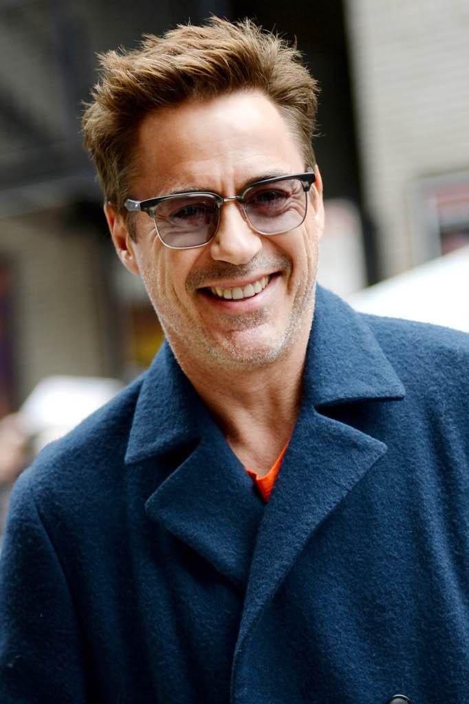 Color petrolio per l attore e produttore cinematografico statunitense che  non teme gli abbinamenti audaci  sotto occhieggia una t-shirt arancio c23f3e037e0