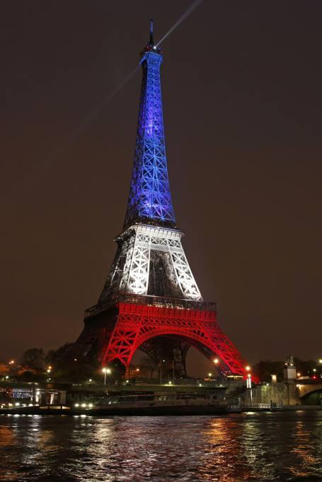 Torre Eifell Si Riaccende Con I Colori Della Bandiera Francese