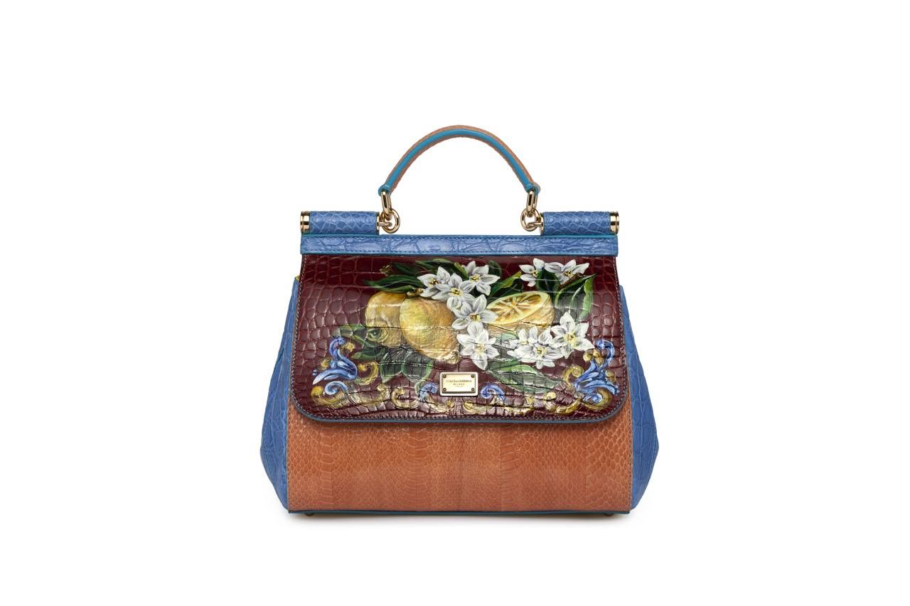 Dolce   Gabbana  fiori dipinti sulle borse in cocco - Corriere.it 62d75416ad6