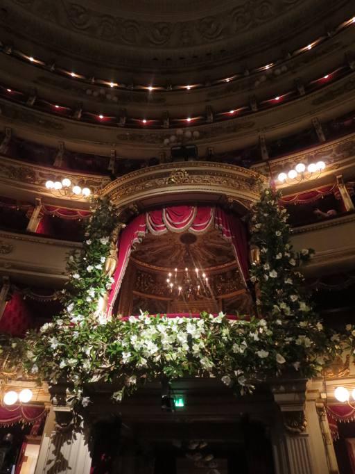 Il palco del Teatro alla Scala con gli addobbi floreali per la prima. Il  palco è stato allestito dai due stilisti 16c3c1c0996