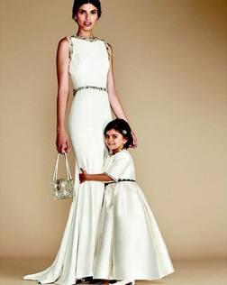 Vestiti Eleganti Mamma E Figlia.Mamma E Figlia Vestite Uguali Con Abiti Griffati A Chi