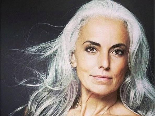 I Capelli Bianchi Come Un Marchio Yasmina Rossi Modella A 60 Anni