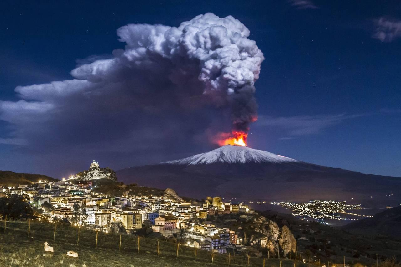 Risultati immagini per immagini dell'etna in eruzione