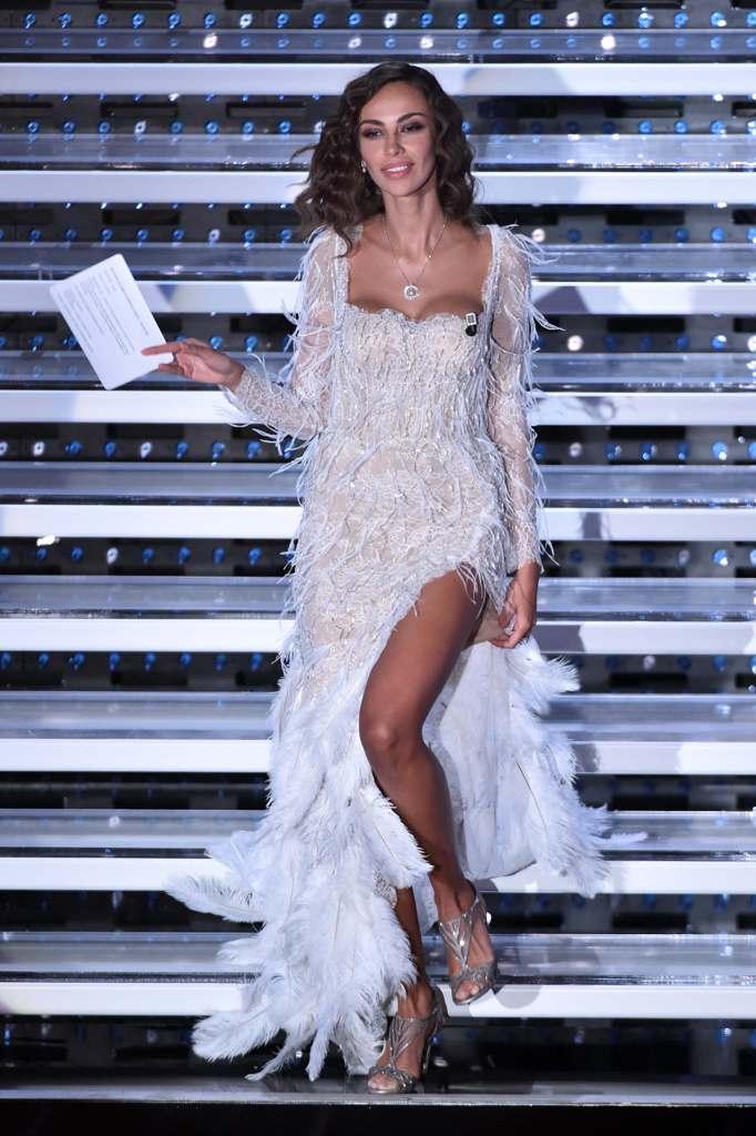 440fe4a737d3 ... rumena Cristina Savulescu per il suo ingresso all Ariston nella quarta  serata del Festival di Sanremo. Un omaggio alle sue origini  Madalina Ghenea