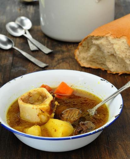 La zuppa yemenita con carne e ossa