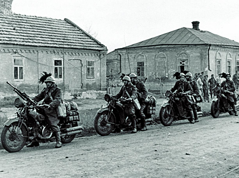 Un gruppo di bersaglieri motociclisti italiani impegnati nella campagna di Russia