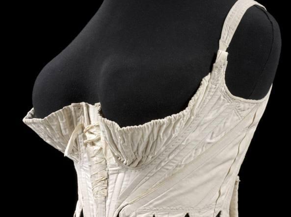 Sotto il vestito di Maria Antonietta  in mostra l intimo dal  700 a ... a08e788f084
