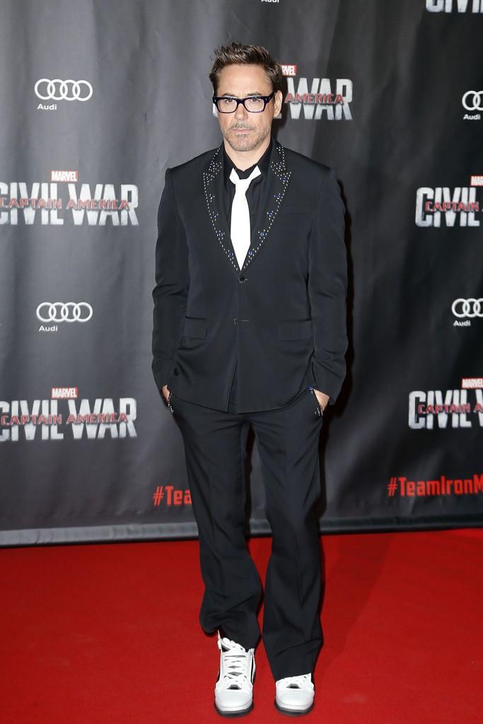 Robert Downey Jr. con abito elegante e sneakers alla prima del film  «captain America  civil war» a Parigi (Olycom) a80bff07dae