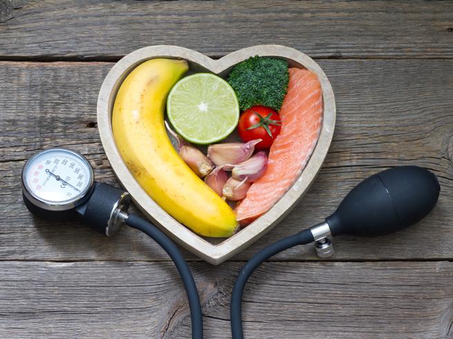 Ipertensione, gli alimenti che aiutano a mantenere bassa la pressione