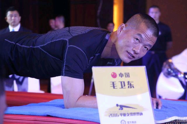 Il Poliziotto Cinese Che Batte Il Record Mondiale Di Addominali Planking 8 Ore E Un Minuto Corriere It