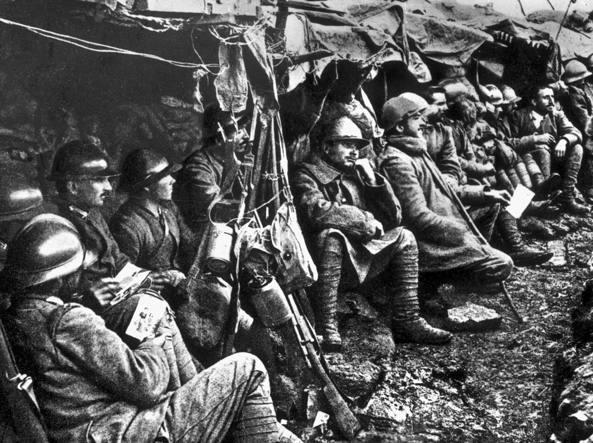 «Abito in via quattro sfigati morti in guerra». Multata dai carabinieri per l'oltraggio ai caduti 15-18