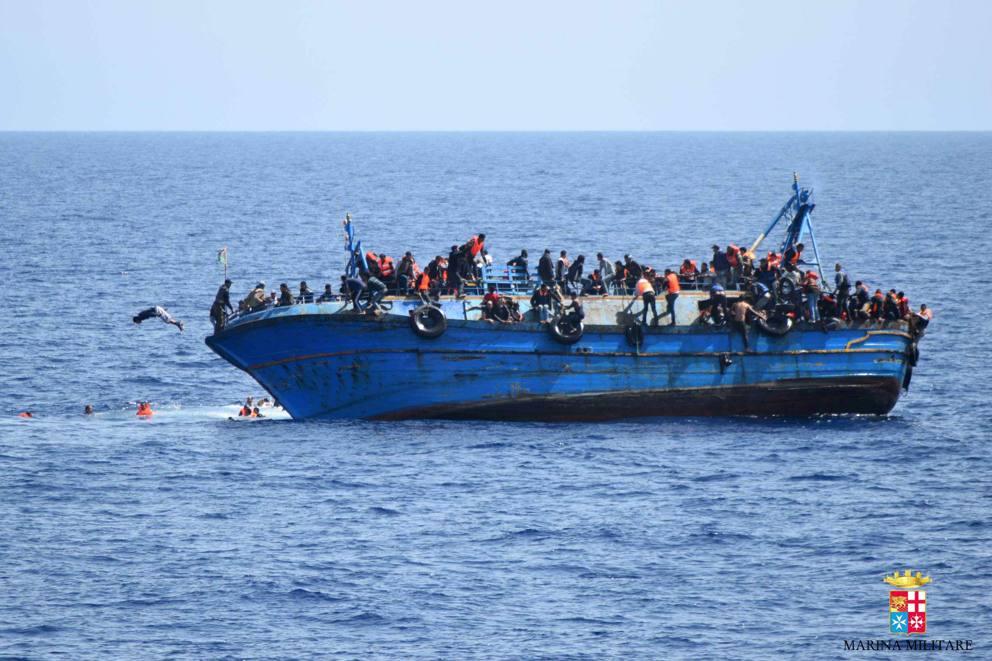 Risultati immagini per immagini di migranti in mare