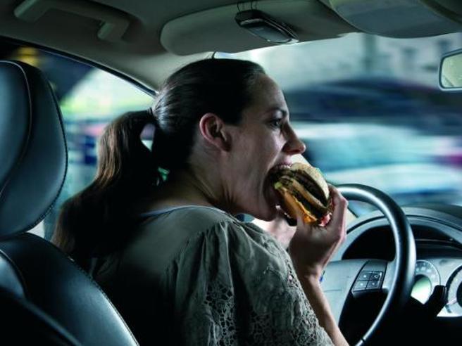Mangiare al volante? Molto rischioso