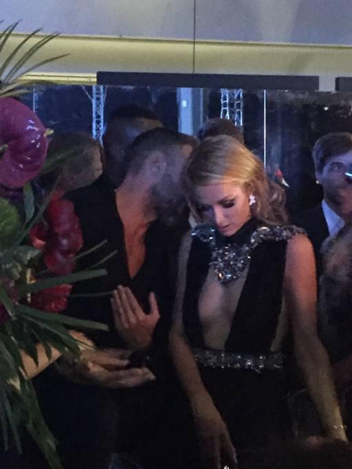new concept 9cb38 2e3c3 Scollatura infinita e occhialoni Paris Hilton al party di ...