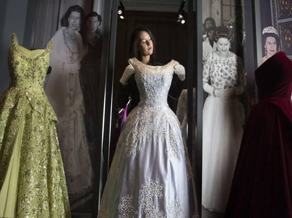 d3fcb0552c67 Tutti gli abiti della Regina  lo stile di Elisabetta in tre mostre -  Corriere.it