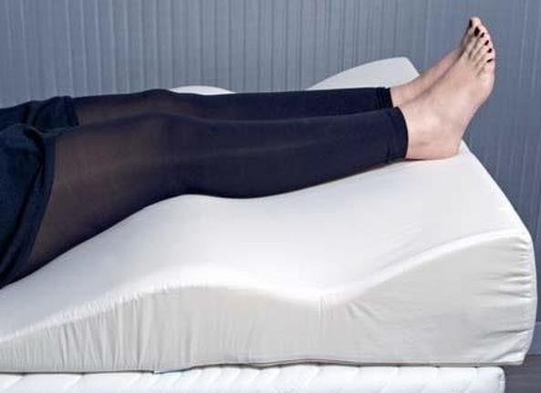 Cuscino Per Alzare Le Gambe.Caviglie E Gambe Gonfie I Rimedi Naturali Corriere It