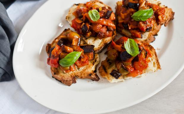 I crostoni con la caponata di verdure