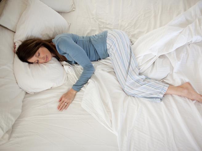 Come dormire meglio e senza dolori (grazie all'uso strategico dei cuscini)