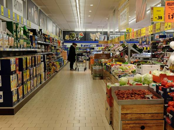 Un supermercato tedesco (Afp)