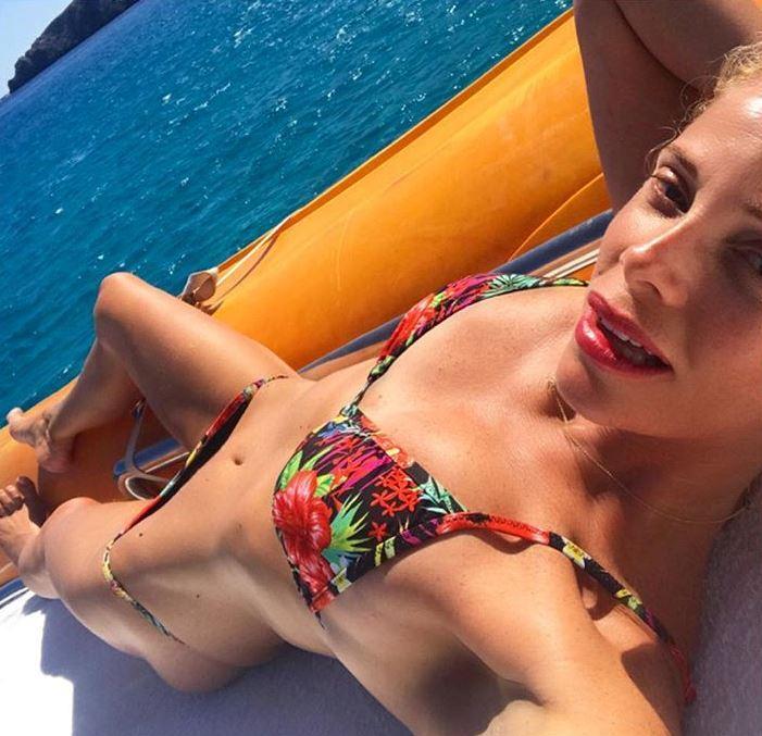 Marcuzzi Backstage Calendario.Alessia Marcuzzi Tra Moda Viaggi E Social Network Corriere It