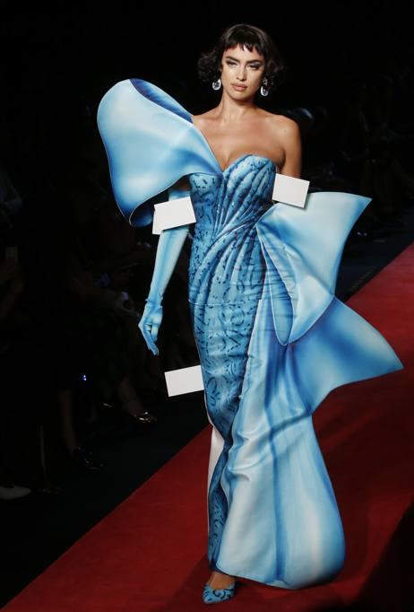 Gli abiti di Moschino come modelli di carta. In passerella Irina Shayk 91b85da62da