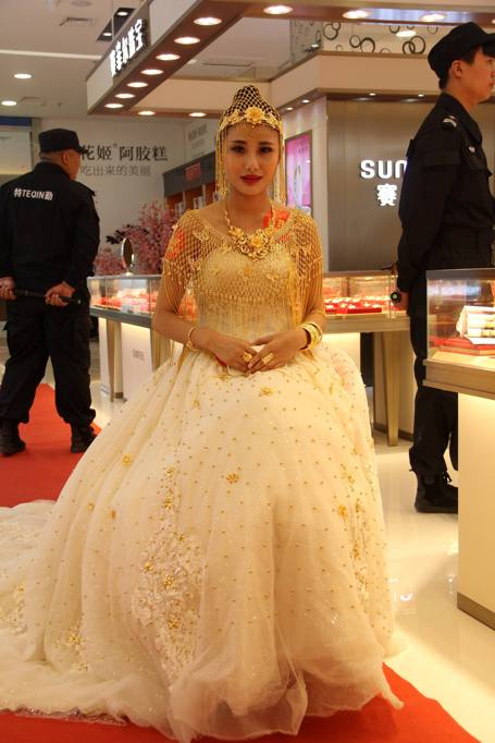 Abiti Da Sposa Cinesi.Cina L Abito Da Sposa D Oro Per Il Giorno Del Si Vale 480mila