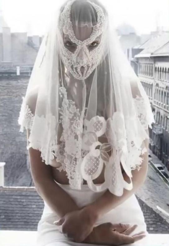 more photos 1352c e6135 Gli abiti da sposa più brutti e non solo: dalle torte alle ...