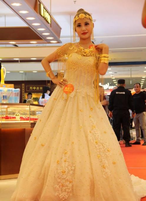 5842164bd21a Un abito da sposa unico nel suo genere quello presentato in un centro  commerciale della Cina. Il vestito è realizzato
